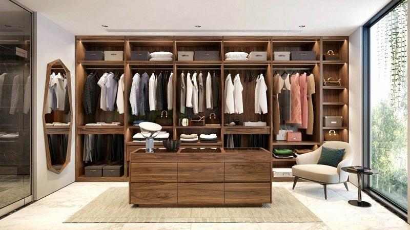 Mẫu tủ quần áo không cánh chữ I thiết kế kịch trần và kê sát vách tường tận dụng diện tích tối đa. Màu gỗ sang trọng cùng đèn hắt được lắp đặt trong các ngăn chứa vô cùng hiện đại, tiện ích.