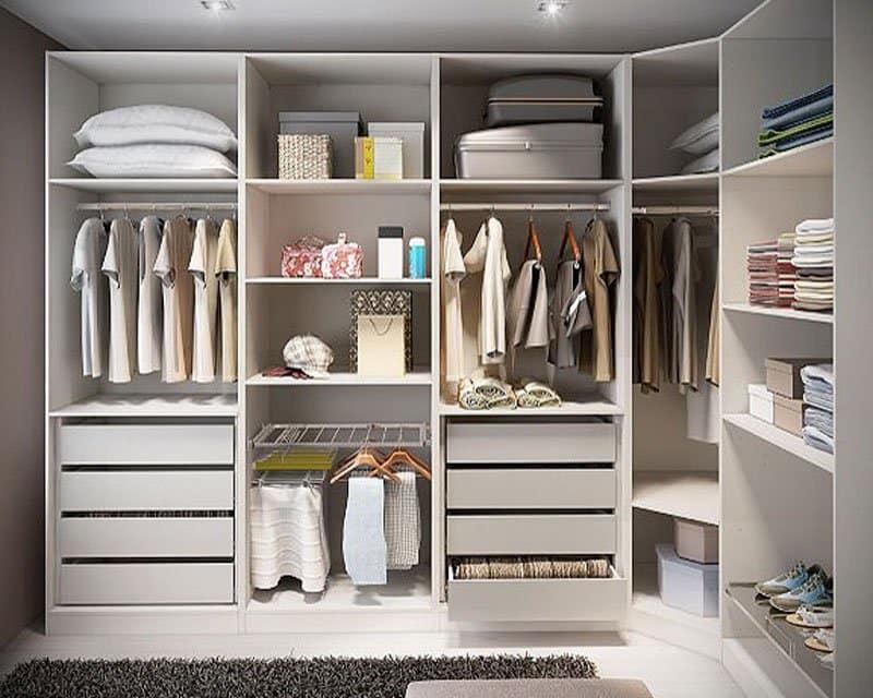 Mẫu tủ quần áo không cánh này được thiết kế với nhiều ngăn chứa khác nhau, gồm: ngăn treo đồ, ngăn kéo, ngăn chứa đồ… Nhờ đó, bạn có thể tùy ý sắp xếp các đồ dùng gọn gàng, ngăn nắp.