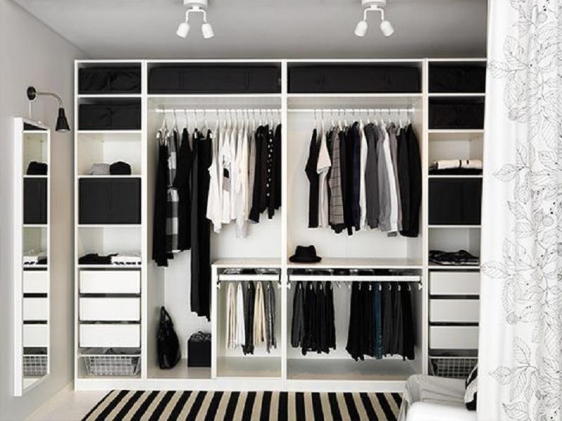 """Tủ quần áo không cánh được phối độc đáo giữa 2 tông màu tương phản đen - trắng tạo nên vẻ đẹp """"đi cùng năm tháng"""" cho căn phòng."""
