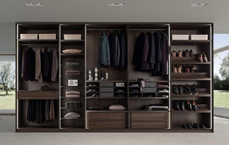 Với tông màu gỗ trầm cùng thiết kế mang đậm phong cách Bắc Âu, đây là mẫu tủ quần áo hoàn hảo cho những căn phòng có thiết kế cổ điển.