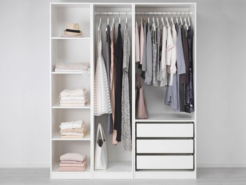 Tủ quần áo không cánh thiết kế 3 ngăn kéo cùng 2 buồng tủ treo đồ và các ô tủ cho bạn để đồ tiện dụng theo phân loại. Bên cạnh đó, tông màu tủ trắng đồng điệu màu sơn tường tạo cảm giác không gian rộng rãi hơn.