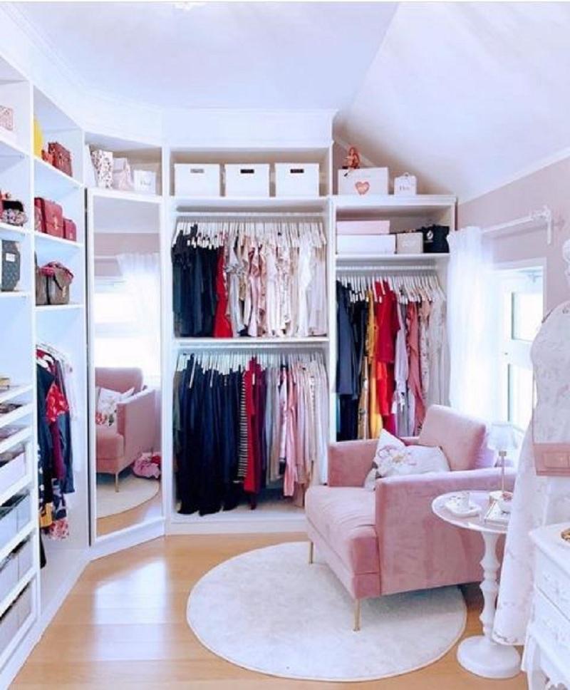 Tủ quần áo không cánh có tích hợp gương soi toàn thân cùng các ngăn treo đồ, ngăn kéo rộng rãi, tiện lợi. Đây là sản phẩm hoàn hảo, tiện dụng cho bạn dễ dàng soi gương, giúp việc lựa chọn bộ đồ phù hợp nhanh chóng hơn.