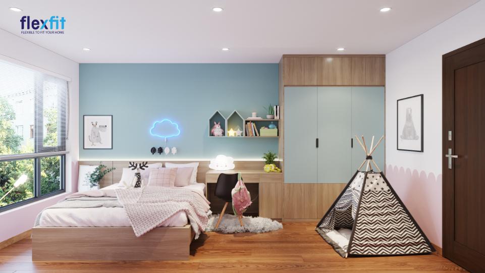 Nhấn thêm sắc xanh dương ghi nhạt giúp cho chiếc tủ gỗ kịch trần MDF phủ Melamine nâu vân gỗ 2m8 ấn tượng và hài hòa màu sắc với phòng ngủ hơn
