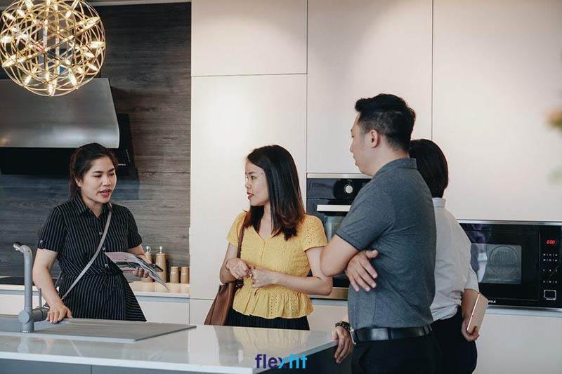 Flexfit tư vấn cho khách hàng về tủ bếp Acrylic