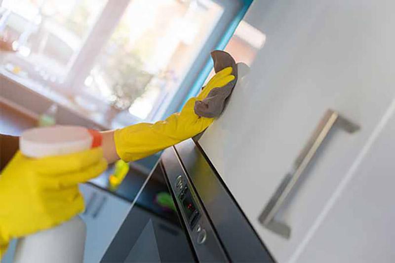 Vệ sinh tủ bếp Acrylic bằng khăn mềm ẩm