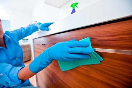 Sử dụng khăn mềm để lau tủ bếp MDF giúp hạn chế gây ra các vết trầy xước