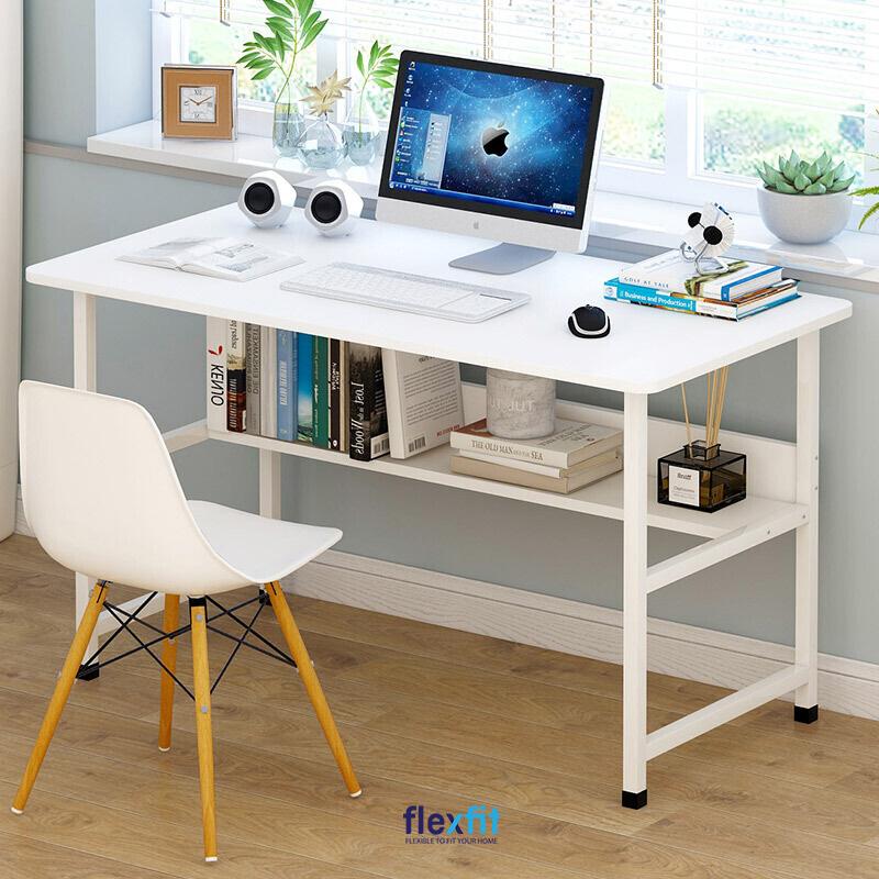 Bàn làm việc gỗ MDF thiết kế ngăn để sách dưới bàn tiện dụng mà vẫn tạo không gian để chân thoải mái. Tông màu trắng của bàn kết hợp với ánh sáng tự nhiên từ cửa sổ, hệ thống đèn chiếu sáng giúp tăng độ sáng, tốt cho mắt.
