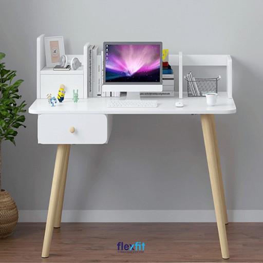 Bạn đang kiếm tìm mẫu bàn làm việc độc lạ, có thể tạo cảm hứng thì đây là lựa chọn lý tưởng. Bàn được thiết kế các ngăn để đồ ngay trên bàn kết hợp ngăn tủ nhỏ bên trái cùng tông trắng thanh lịch.