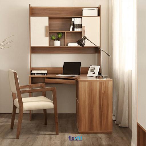 Mẫu bàn làm việc góc tích hợp cả kệ trang trí và ngăn tủ, ngăn kéo đựng đồ thuận tiện cho người dùng. Thiết kế sản phẩm độc đáo cùng gam màu vân gỗ hơi trầm mang đến không gian làm việc gần gũi, ấn tượng.