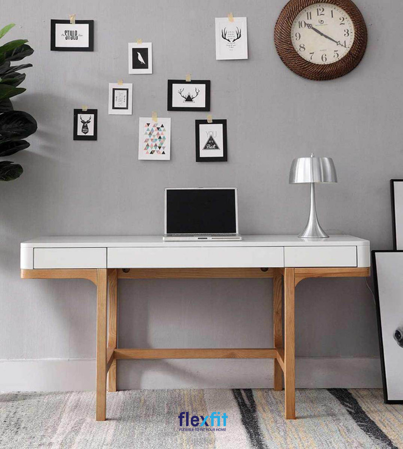 Mẫu bàn làm việc gỗ MDF trắng cùng phần chân bàn màu vân gỗ sáng kích thước chuẩn giúp người dùng ngồi làm việc thoải mái.