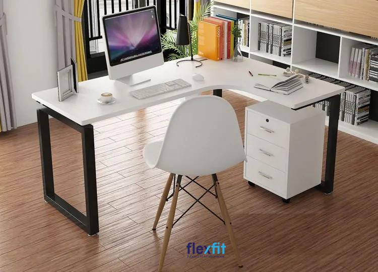 Mẫu bàn làm việc gỗ MDF kiểu chữ L kết hợp mặt bàn trắng và chân bàn đen tạo điểm nhấn. Bàn có tích hợp 3 ngăn kéo tủ giúp bạn lưu trữ các giấy tờ, hồ sơ, tài liệu,... tiện lợi.