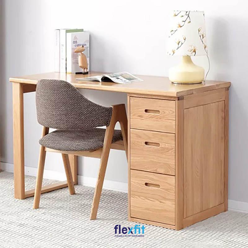 Bàn làm việc liền tủ ngăn kéo màu vân gỗ sáng được thiết kế theo kích thước chuẩn bảo đảm tư thế đúng và sự thoải mái cho người sử dụng.