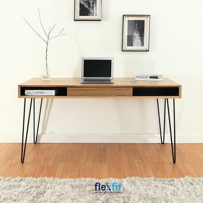 Bàn làm việc thiết kế rỗng có thể để đồ dùng, sách vở trong ngăn bàn tiện lợi. Thiết kế 4 chân bàn nhỏ bằng inox chắc chắn, giúp bạn thuận tiện di chuyển đến các vị trí khác nhau.