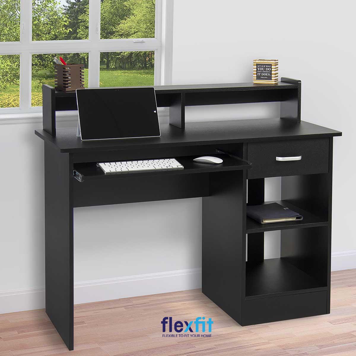 Mẫu bàn làm việc đen cuốn hút sở hữu thiết kế vô cùng ấn tượng với kệ liền trên bàn cùng tủ đựng cạnh bên. Đặc biệt, bàn còn có không gian để đặt bàn phím dưới bàn rất phù hợp với máy tính sử dụng bàn phím rời.