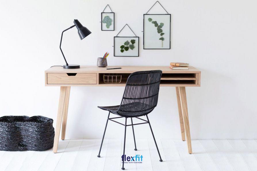 Mẫu bàn làm việc gỗ MDF nhỏ gọn phù hợp với các phòng diện tích hạn chế. Bàn có thiết kế rỗng với ngăn tủ kéo nhỏ bên trái và không gian trống mở để bạn sắp xếp đồ cất lấy tiện lợi.