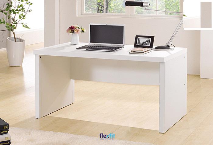 Bàn làm việc màu trắng trang nhã, tăng hiệu ứng ánh sáng thiết kế đơn giản, thích hợp với không gian phòng làm việc cá nhân.