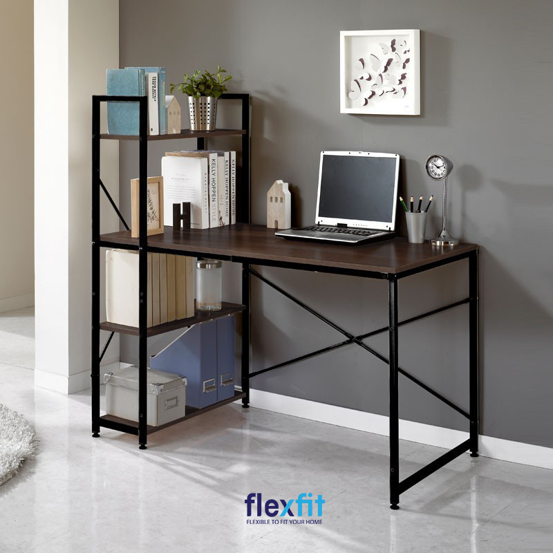 Mẫu bàn làm việc được tích hợp khéo léo với kệ sách đang là mẫu bàn được ưa chuộng hiện nay. Không gian làm việc của bạn trở nên gọn gàng, tiện dụng nhờ kệ sách có thể lưu trữ nhiều sách vở, đồ trang trí,... liền kề với bàn.