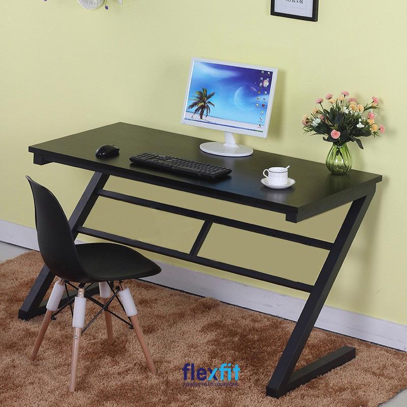Chân bàn được thiết kế theo hình chữ Z ấn tượng là điểm nhấn nổi bật tạo sức hút của mẫu bàn làm việc màu đen này. Với kích thước nhỏ gọn, bạn có thể dễ dàng di chuyển và đặt bàn ở bất cứ đâu trong không gian của mình.