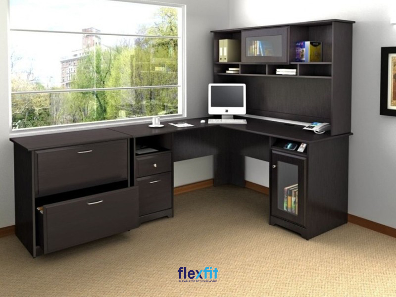 Mẫu bàn làm việc màu đen được kết hợp với kệ sách cùng kích thước mặt bàn rộng rãi giúp bạn có một không gian làm việc thoáng đãng. Sản phẩm được thiết kế thêm nhiều ngăn kéo, hộc chứa lớn mang lại sự tiện lợi trong quá trình sử dụng.