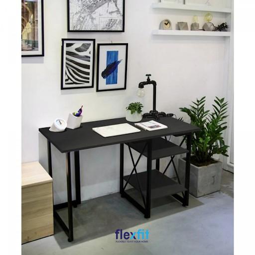 Mẫu bàn làm việc màu đen đầy ấn tượng, thu hút nhờ thiết kế vô cùng hiện đại, trẻ trung. Điều này có được nhờ phần chân bàn có sự cách điệu tinh tế tạo thành 2 ngăn để đồ chắc chắn và tiện lợi.