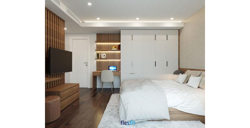 Bàn làm việc nhỏ lõi MFC phủ Melamine chống va đập tốt rất phù hợp với những căn phòng nhỏ. Bàn được tích hợp với các thanh ngăn gắn tường vân gỗ và tủ quần áo màu trắng tạo thành hệ bàn tủ tiện nghi, tăng tính thẩm mỹ cho không gian.