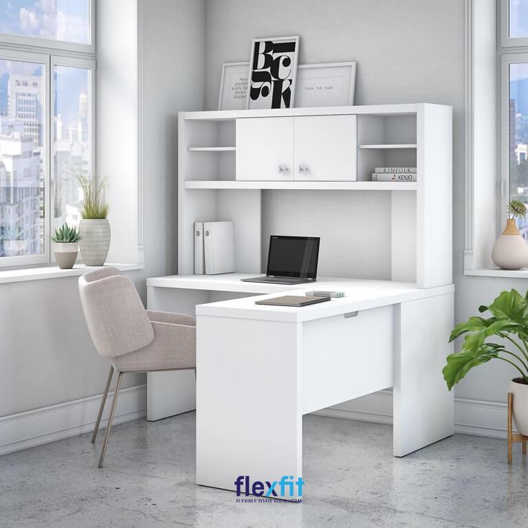 Hệ bàn tủ sách tông xoẹt tông phủ một màu trắng thanh khiết hòa hợp màu sơn tường, nền nhà. Bên cạnh tính thẩm mỹ, bàn làm việc kèm kệ sách này còn mang đến sự tiện dụng cho người dùng.
