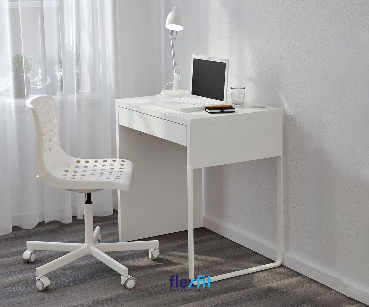 """Bộ bàn làm việc nhỏ cùng ghế đều màu trắng giúp không gian phòng nhỏ """"hack diện tích"""" một cách tinh tế, không gây cảm giác bí bách. Bàn có thiết kế nhỏ giúp bạn dễ dàng di chuyển đến các vị trí khác nhau theo ý muốn."""