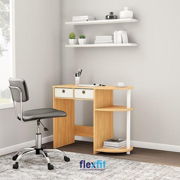 Một mẫu bàn làm việc nhỏ tuy đơn giản nhưng vẫn gây được ấn tượng. Đó là nhờ sự pha phối màu sắc trắng - vân gỗ tinh tế và sự phá cách ở thiết kế ngăn kéo dưới bàn cùng kệ để sách với đường cong mềm mại.
