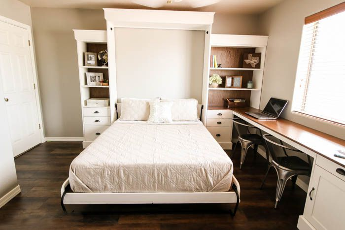 Bộ sản phẩm giường - tủ - bàn làm việc kết hợp tạo thành một hệ liền mạch, đồng bộ mang đến sự tiện nghi và tiết kiệm không gian hiệu quả. Tông màu trắng của nội thất đối lập với màu gỗ trầm của sàn nhà cho căn phòng thông thoáng mà không tạo cảm giác lạnh lẽo.
