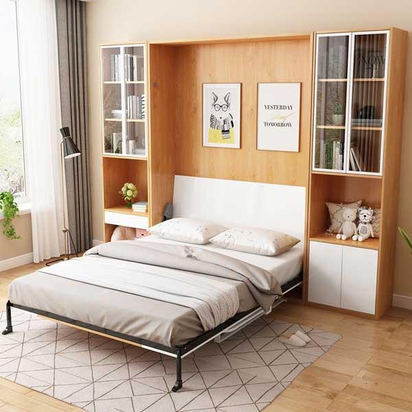 Mẫu giường thông minh thiết kế âm tường, giúp tối ưu diện tích phòng mang lại không gian gọn gàng, thông thoáng hơn. Tông màu vân gỗ sáng và màu trắng phối hợp cùng gam màu chăn ga, gối trung tính tạo sự thoải mái, dễ chịu cho người sử dụng.