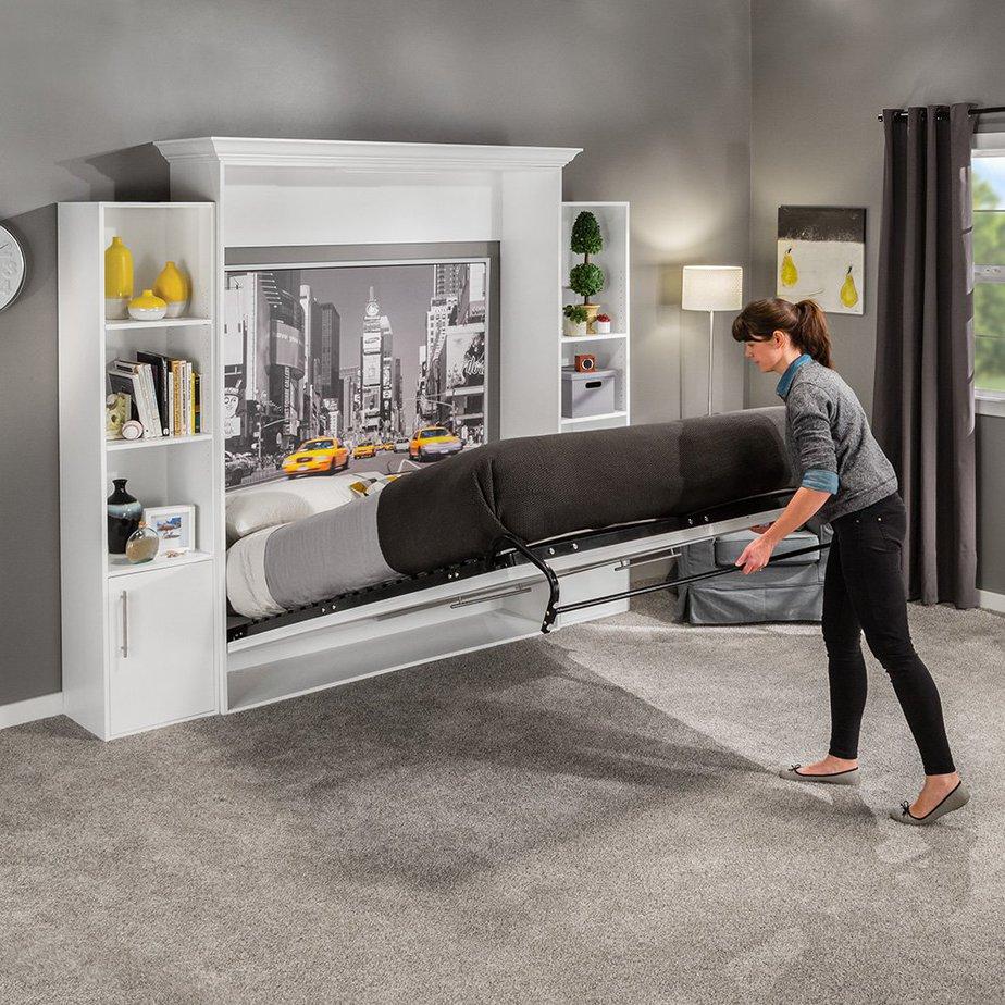 Mẫu giường này sử dụng gam màu xám, đen đồng bộ màu nội thất xung quanh tạo nên sự đồng bộ. Hai bên giường ngủ là kệ trang trí giúp bạn để đồ và trang trí làm căn phòng thêm sống động, ấn tượng hơn.
