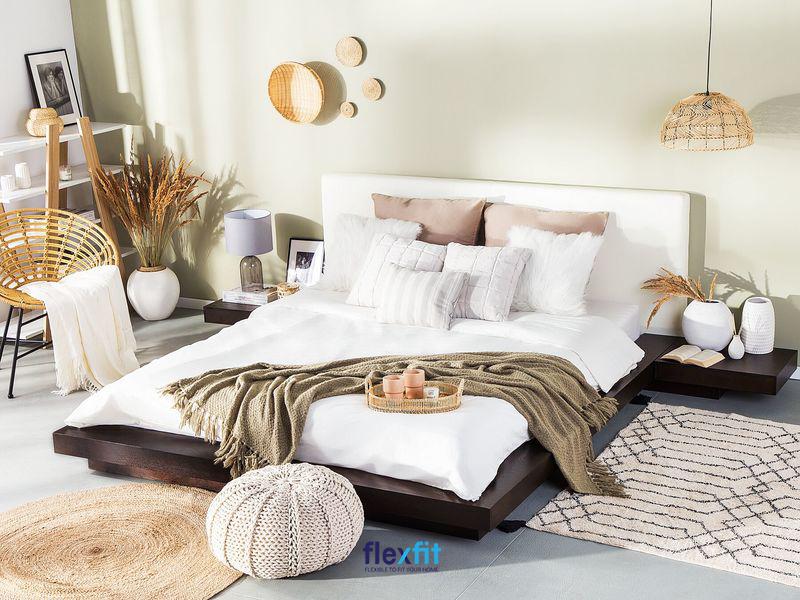 Giường bệt kiểu Nhật thiết kế nhô ra hai bên đầu giường được sử dụng để đồ như: đèn ngủ, ảnh lưu niệm,... vô cùng tiện lợi.