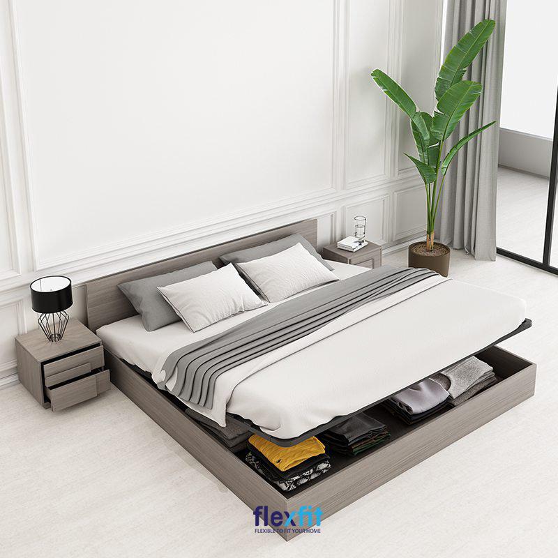 Mẫu giường bệt đa năng vừa là chỗ nằm nghỉ ngơi, vừa là nơi lưu trữ quần áo, tiết kiệm không gian tối ưu. Giường được thiết kế rỗng ở giữa, có thể nhấc lên dễ dàng để cất lấy quần áo bên dưới giường.