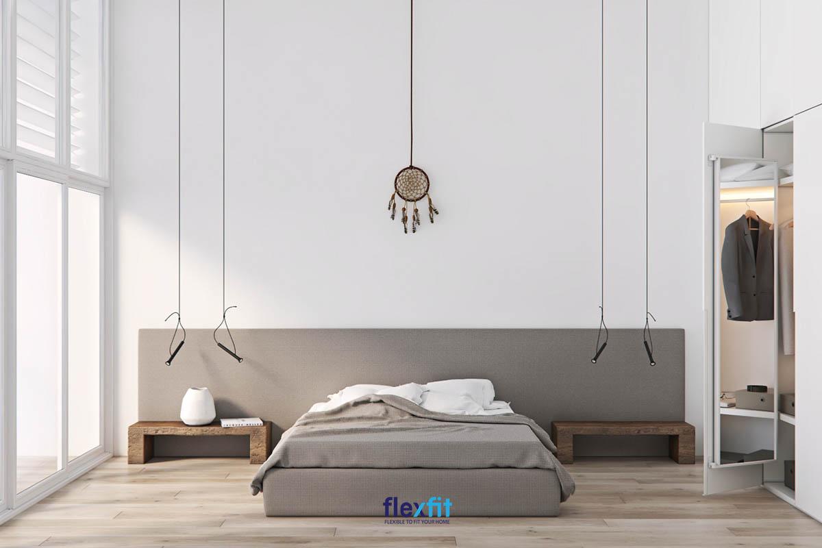 Không gian phòng thoáng rộng, ngăn nắp, mang lại sự dễ chịu nhờ việc tối giản hóa nội thất, sử dụng mẫu giường bệt đơn giản như thế này.