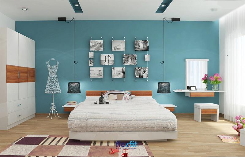 Mẫu giường bệt nâu gỗ trầm và màu trắng đồng nhất với màu sắc của các nội thất: tủ quần áo, bàn trang điểm.