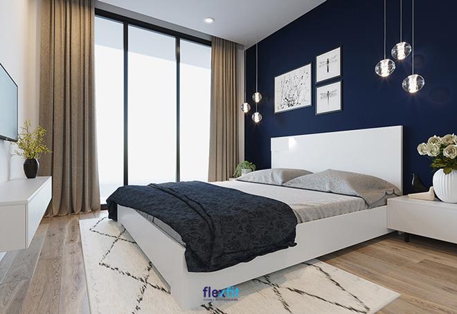 Mẫu giường đôi sang trọng, ấn tượng nhờ gam màu trắng kết hợp chăn ga gối đệm họa tiết hoa lá màu xanh than và ghi.