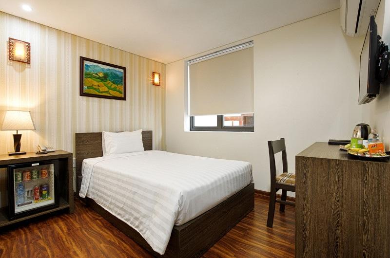 Mẫu giường đơn kiểu bệt màu vân gỗ trầm phối bộ ga giường, gối ngủ màu trắng hòa quyện lý tưởng vừa tiết kiệm diện tích, vừa tăng tính thẩm mỹ.