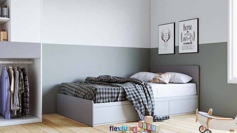 Giường đơn màu ghi trên nền màu gỗ sáng lại được kê ngay gần cửa sổ giúp căn phòng nhỏ thoáng đãng hơn.