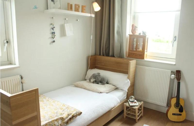 Thêm một gợi ý tuyệt vời khác cho bố mẹ đang tìm kiếm mẫu giường đơn cho con mình. Mẫu giường đơn này có màu vân gỗ khi đặt trong phòng sơn tường trắng tạo nên không gian vừa thông thoáng lại ấm cúng hơn.