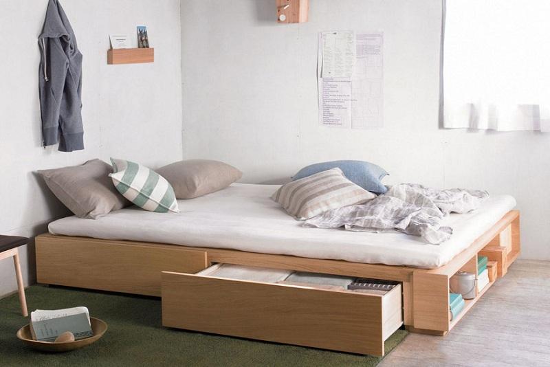 Giường đơn màu vân gỗ sáng có thiết kế hai ngăn kéo to để được nhiều đồ cùng các ô tủ mở thuận tiện đặt sách vở, vật dụng hay sử dụng.