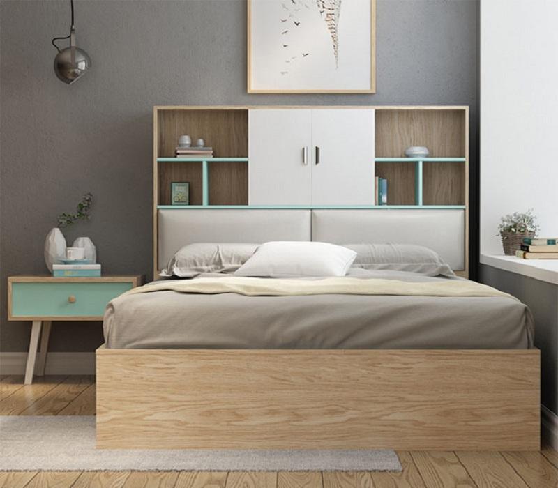 Mẫu giường liền tủ trang trí thiết kế ngay đầu giường với các ngăn tủ hở và có cánh giúp tăng tính thẩm mỹ cho căn phòng.