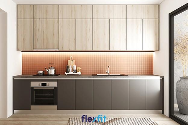 Căn bếp nhỏ trở nên tiện nghi hơn với thiết kế tủ bếp treo tường hình chữ I làm từ gỗ MDF chống ẩm phủ Laminate màu vân gỗ sáng, dễ vệ sinh.