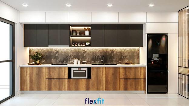Tủ bếp trên màu trắng- ghi, tủ dưới màu nâu vân gỗ hài hòa, sang trọng. Hộc tủ phía trên đựng đũa, thìa, gia vị rất ngăn nắp, gọn gàng.