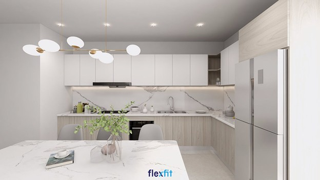 Phòng bếp trở nên hiện đại, sang trọng nhờ thiết kế trắng bắt mắt, thanh lịch cùng thiết kế đèn hiện đại, ấn tượng.