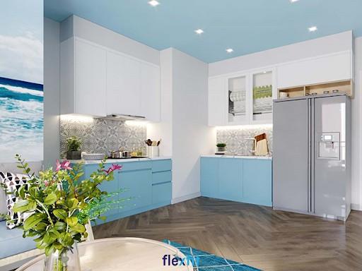 Màu trắng nhẹ nhàng của tủ treo tường chữ L cực kỳ nổi bật trong căn bếp nhỏ được sơn màu xanh và sàn nhà màu ghi. Ngoài cánh tủ kín, tủ bếp này còn có sự đan xen cánh tủ kính tạo sự ấn tượng và mang đến sự thuận tiện cho người dùng.