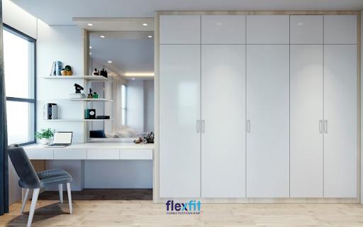 Tủ quần áo 5 buồng 3m này phối màu trắng và vân gỗ sáng đẹp mắt. Sản phẩm được thiết kế kịch trần, đồng bộ với bàn trang điểm mang đến sự tiện nghi cho căn phòng.