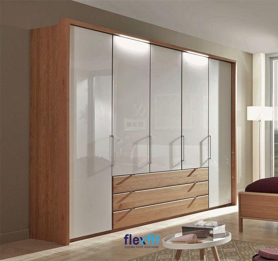 Tủ quần áo 5 buồng hai màu trắng và vân gỗ sáng màu cho căn phòng tươi sáng hơn. Tủ được thiết kế thêm 3 ngăn kéo rộng vô cùng tiện dụng.
