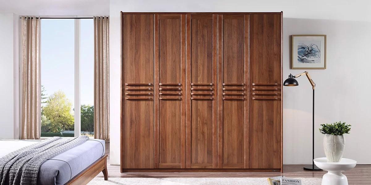 Tủ quần áo 5 buồng gỗ tự nhiên với màu nâu gỗ trầm và đường vân đều, đẹp mắt. Nổi bật trong thiết kế của mẫu tủ này là phần tay cầm 4 thanh cho mỗi buồng tủ.
