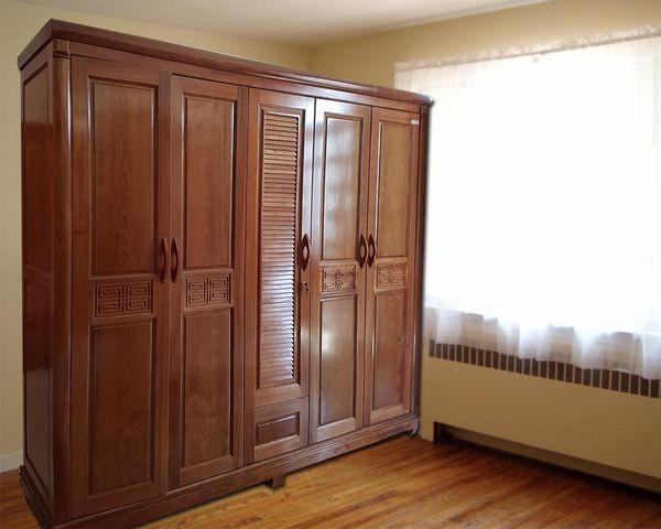 Tủ quần áo được làm từ gỗ xoan đào bền chắc, màu gỗ đậm mang lại vẻ sang trọng, cổ điển. Các họa tiết được chạm khắc khéo léo tạo nên sự đẳng cấp của sản phẩm.
