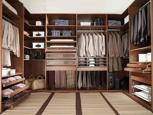 Tủ quần áo chữ U sở hữu màu vân gỗ trầm sang trọng, mang hơi hướng Bắc Âu giúp căn phòng trở nên nổi bật và cuốn hút. Tủ được chia thành nhiều ngăn nhỏ giúp bạn có thể sắp xếp đồ dùng, quần áo thuận tiện.